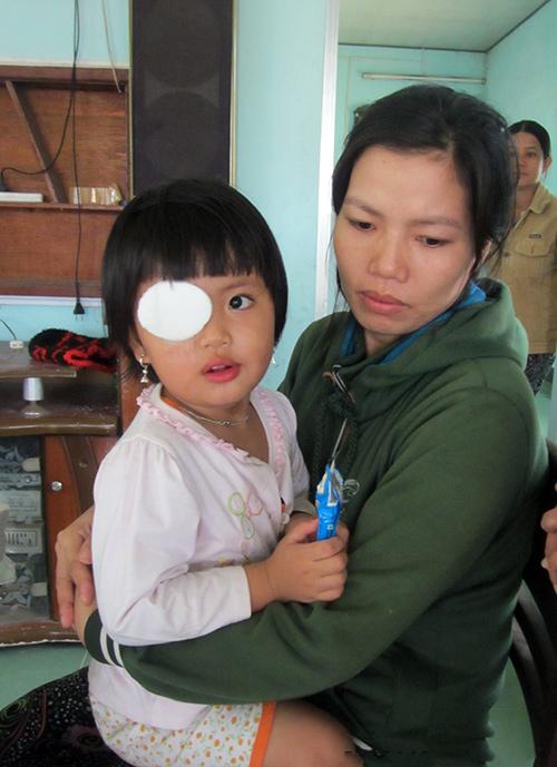 Cháu Kiều Vy và mẹ sau khi phẫu thuật bỏ mắt phải.