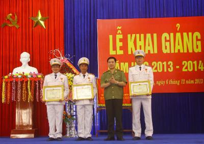 Trung tướng Nguyễn Xuân Mười trao tặng danh hiệu Đơn vị quyết thắng cho hai tập thể và Trường Trung cấp CSGT.