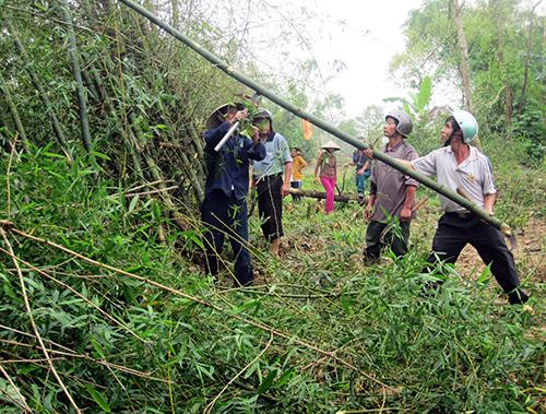 Nhân dân thôn Thu Bồn Đông ra quân chặt phá cây cối để mở rộng đường.