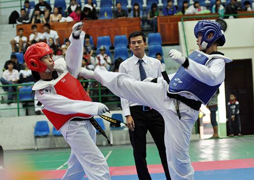 VĐV Lê Thị Xa của Điện Bàn (bên phải) giành chiến thắng trong trận chung kết trước VĐV Tam Kỳ. Ảnh: T.VY