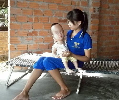 Chị Lộc chỉ biết ôm con mà khóc.
