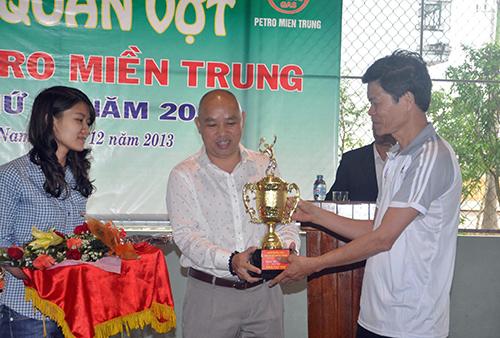 Phó Bí thư Thường trực Tỉnh ủy Nguyễn Văn Sỹ tặng cúp lưu niệm cho đơn vị tài trợ chính cho giải - Công ty Petro miền Trung.