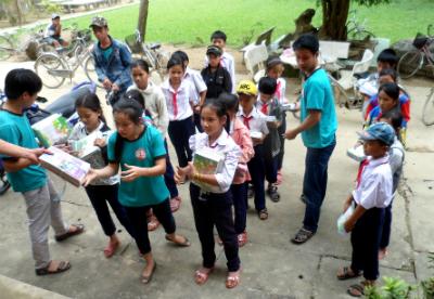 Tặng sách vở cho các em học sinh tại xã Đại Lãnh. Ảnh: H.Y