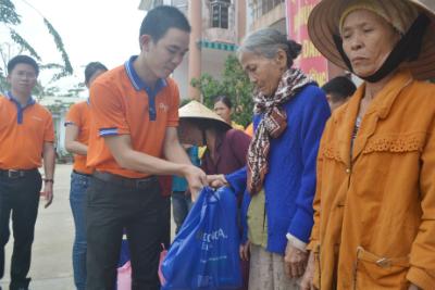 Đại diện ngân hàng Đông Á, chi nhánh Quảng Nam trao quà cứu trợ cho người dân xã Đại Cường, huyện Đại Lộc.