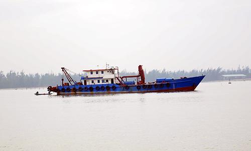 Tàu nạo vét của Công ty CP XD&TM Quê Hương nằm chờ tại Cửa Đại.