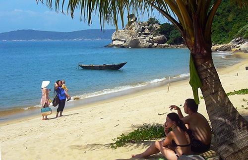 Khách nước ngoài rất thích trải nghiệm với sản phẩm du lịch biển, đảo mới ở Hội An.Ảnh: QUỐC HẢI
