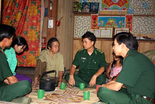 Cán bộ Đồn Biên phòng Cửa khẩu Nam Giang luôn sâu sát cơ sở, bám sát nhân dân.