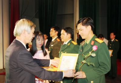 Ông Nguyễn Thành Tự - Phó Giám đốc Sở Văn hóa thể thao và Du lịch tỉnh trao giải A cho các đơn vị tham gia liên hoan.