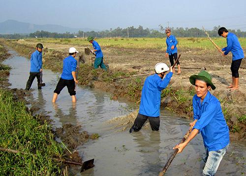 Đoàn viên thanh niên thôn Trà Tây ra quân dọn dẹp kênh mương giúp nông dân chuẩn bị mùa vụ mới.