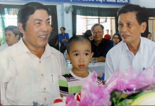 Ông Nguyễn Bá Thanh (trái) và ông Trần Chí Thành chia sẻ niềm vui cùng cháu Nguyễn Thành Hưng (Đà Nẵng) sau 2 lần thông động mạch, 3 lần phẫu thuật.  (Ảnh do nhân vật cung cấp).