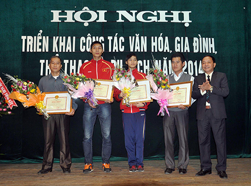 Thừa ủy nhiệm Chủ tịch UBND tỉnh, ông Đinh Hài - Giám đốc Sở VH-TT&DL đã trao tặng bằng khen của Chủ tịch UBND tỉnh và tiền thưởng cho các vận động viên, huấn luyện viên.