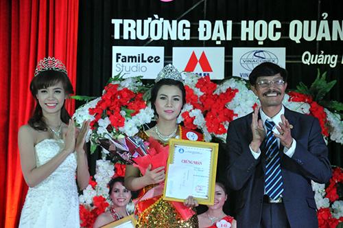 Thí sinh Nguyễn Thị Hồng Quyên (giữa), SBD 23 đến từ lớp Cao đẳng Anh K11 vui mừng vì được danh hiệu Hoa khôi của trường.