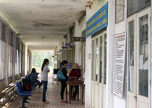 Khu khám bệnh của TTYT huyện Tiên Phước được xây dựng từ năm 1977, đã xuống cấp nghiêm trọng. Ảnh: D.L