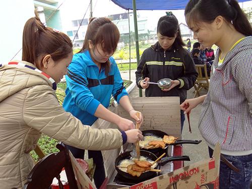 Sinh viên trổ tài thi nấu ăn.