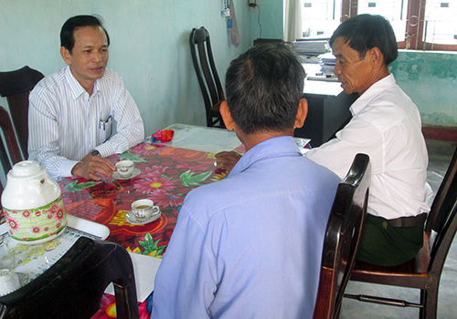 Ông Bùi Kim Anh (bên trái) - Bí thư Đảng bộ xã Tam An tiếp công dân ngày thứ Bảy. Ảnh: Kim Thạch