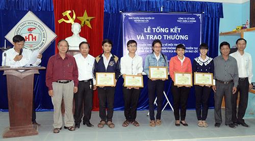 Các học sinh được trao giải tại lễ tổng kết cuộc thi.