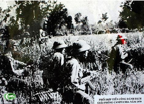 Bộ đội Việt Nam phối hợp tiến công đánh địch giải phóng Campuchia năm 1979.