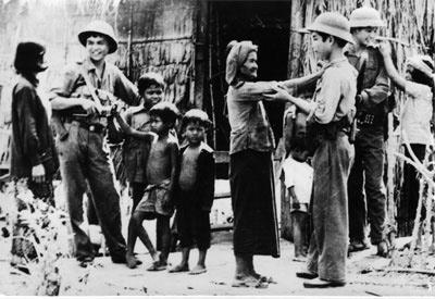 Nhân dân Campuchia với bộ đội Việt Nam.Ảnh tư liệu