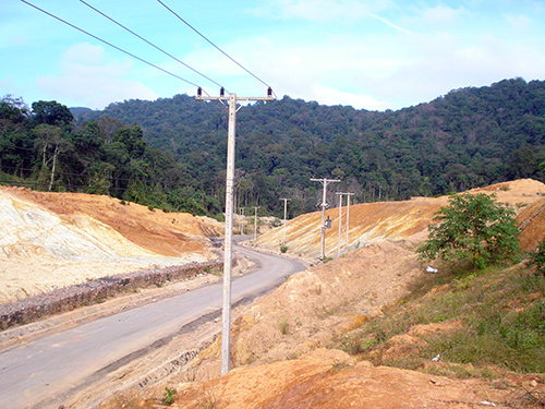 Lưới điện kéo dài từ Nam Giang sang cấp điện cho huyện Đắc Chưng (Lào)