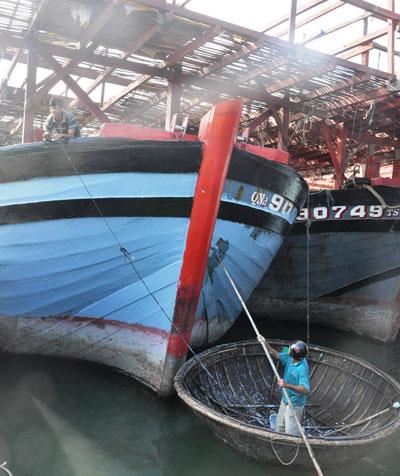 Ngư dân xã Tam Giang sơn lại be tàu.