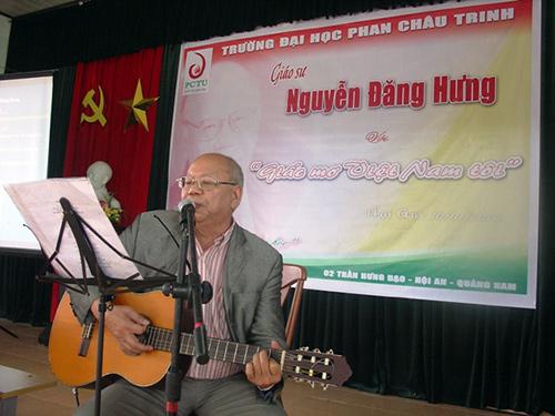 GS.TS Nguyễn Đăng Hưng nói chuyện tại Đại học Phan Châu Trinh.