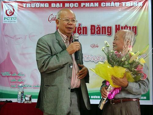 Nhà văn Nguyên Ngọc – chủ tịch Hội Đồng Quản Trị Đại học Phan Châu Trinh tặng hoa GS Nguyễn Đăng Hưng cuối buổi nói chuyện.