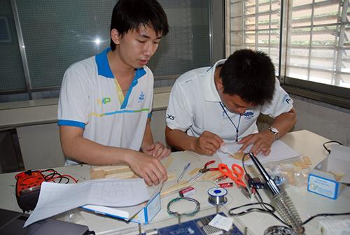 Đam mê sáng tạo đã giúp chàng sinh viên gốc Quảng này đạt được nhiều thành tích xuất sắc. (Trong ảnh: Quân cùng các bạn đang nghiên cứu các vi mạch cho chiếc đồng hồ thông minh)