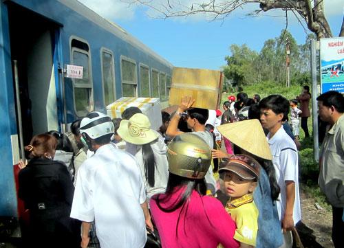 Rất đông người dân Duy Xuyên, Điện Bàn chen chúc ở ga Trà Kiệu để lên tàu vào Nam sau tết.
