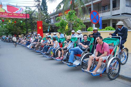 Vượt qua khó khăn, năm 2013 du lịch Quảng Nam vẫn khẳng định sức hút khi đón 3,4 triệu lượt khách đến tham quan lưu trú. Ảnh: M.HẢI