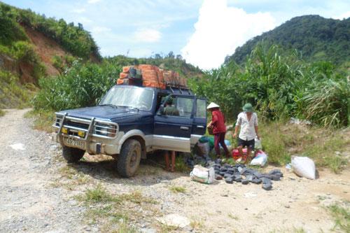 """Hằng ngày những chiếc """"taxi"""" vẫn cần mẫn chở người và hàng lên vùng cao Phước Sơn. Ảnh: H.Y"""
