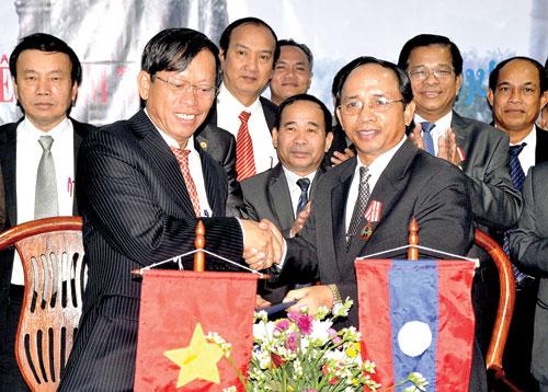 Chủ tịch UBND tỉnh Lê Phước Thanh và Bí thư, Tỉnh trưởng Sê Kông Khăm-phởi Bút-đa-viêng tại lễ ký kết Biên bản thúc đẩy hợp tác toàn diện giai đoạn 2013-2014, ngày 2.8.2013 tại Sê Kông (Lào). Ảnh: HỮU PHÚC