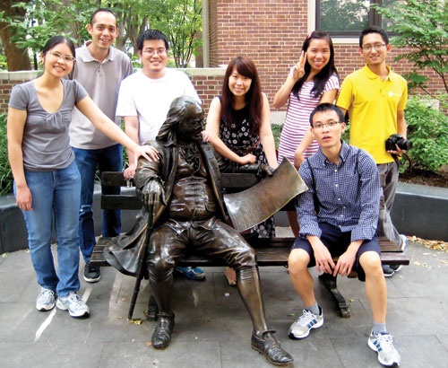 Một số trí thức trẻ Việt Nam bên tượng đồng Benjamin Franklin (1706-1790) trong khuôn viên Đại học Pennsylvania.