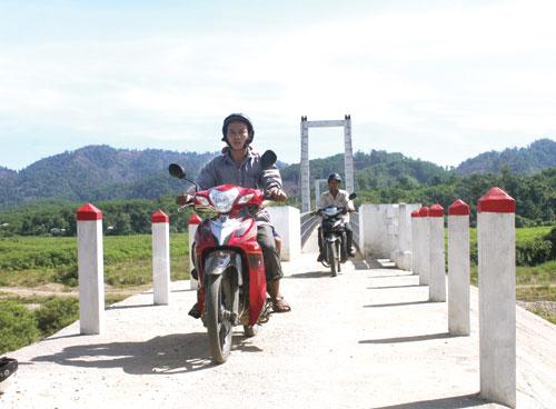 """Nhờ """"cây cầu ông Hải"""", người dân hai thôn Ba Hương và Đông Phú không còn bị cô lập. Ảnh: VĂN BÌNH"""