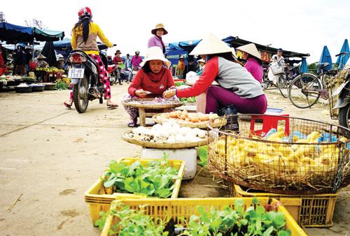 Mạng lưới chợ nông thôn hình thành giúp người dân gần hơn với thị trường.Ảnh: PHƯƠNG THẢO
