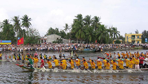 The sports competitions such as boat race in Truong Giang river are often organised  in the Ba Cho Duoc festival.
