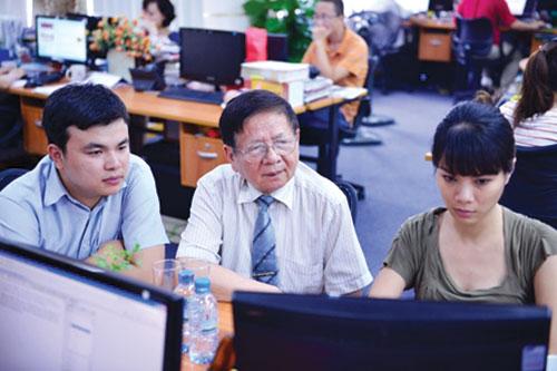 Phó giáo sư - tiến sĩ Trần Xuân Nhĩ giao lưu trực tuyến cùng sinh viên.
