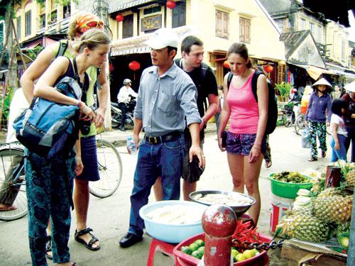 Du khách có những trải nghiệm thú vị khi tham quan chợ quê.Ảnh: VĨNH LỘC