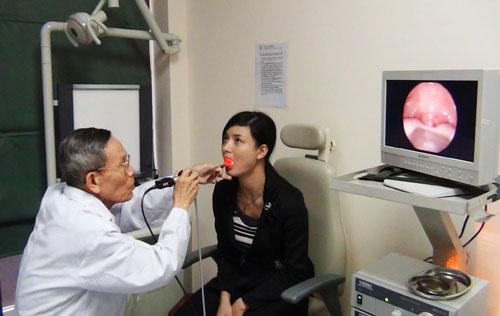 Dùng ống soi trực tiếp để gắp dị vật mắc trong cổ họng.                                                                                                                                                              Ảnh: A.T