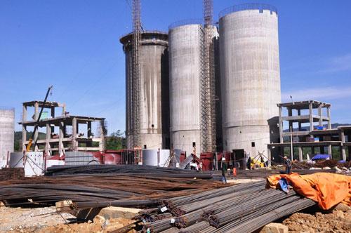 Khó khăn lớn nhất của Nhà máy sản xuất xi măng Xuân Thành 2 là thiếu hụt nguồn nguyên vật liệu. Ảnh: T.H