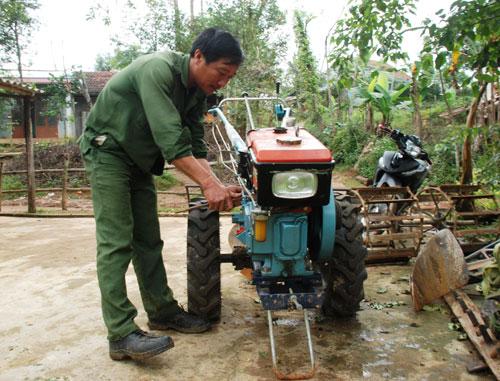 Ông Thái Văn Lựu bên chiếc máy cày cầm tay, ông đã thoát nghèo nhờ sự hỗ trợ tích cực của Nhà nước.Ảnh: Đ.Đ