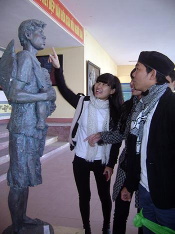 """Các bạn trẻ thích thú khi xem tác phẩm điêu khắc """"Đôi mắt""""."""