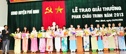 Các em sinh viên nhận giải thưởng Phan Châu Trinh.