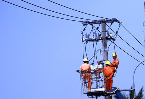Cán bộ, nhân viên ngành điện luôn sẵn sàng túc trực để ứng phó với sự cố lưới điện.