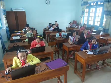 Học sinh trường tiểu học Kim Đồng dự thi tiếng Anh trên mạng internet. - Ảnh: TH Kim Đồng