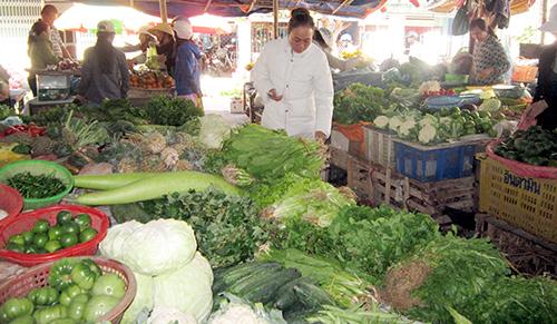 Rau củ quả được bày bán nhiều ở phiên chợ đầu năm.