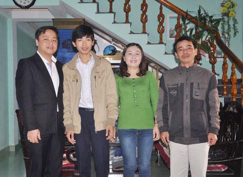 Võ Quang Hưng và ba mẹ cùng thầy giáo chủ nhiệm (bên trái). Ảnh: X.P