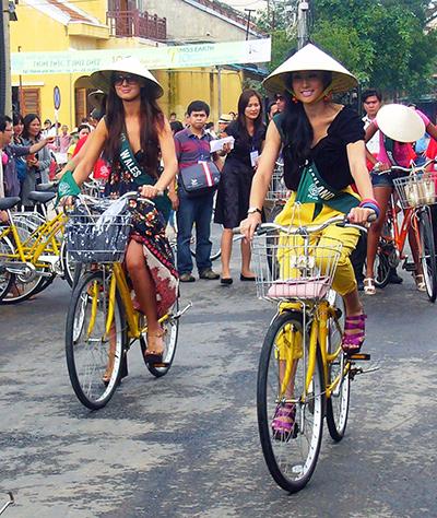 Hoa hậu Trái đất 2010 đạp xe trên đường phố Hội An.