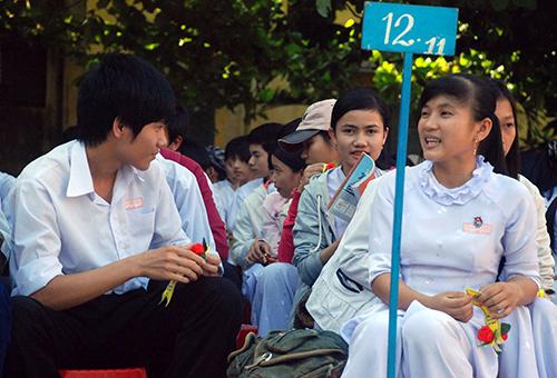 Học THPT là con đường chính để thực hiện phổ cập giáo dục bậc  trung học. Trong ảnh: học sinh trường THPT Phan bội Châu trong ngày lễ tốt nghiệp).