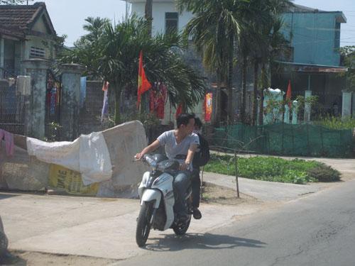 Thanh niên chạy xe lạng lách, không đội mũ bảo hiểm xuất hiện tràn lan vào dịp tết. Ảnh: S.C