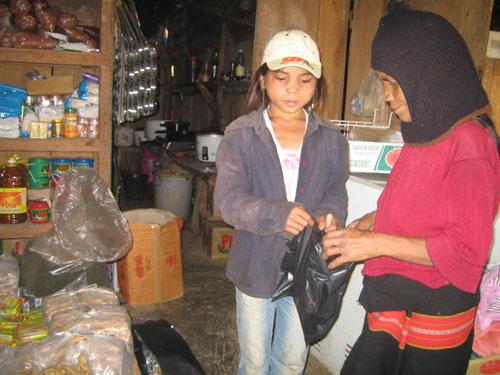 Một tiệm tạp hóa ở cửa khẩu Nam Giang phục vụ việc trao đổi, mua bán hàng hóa thiết yếu của người dân biên giới Việt - Lào.      Ảnh: MINH ĐỨC.